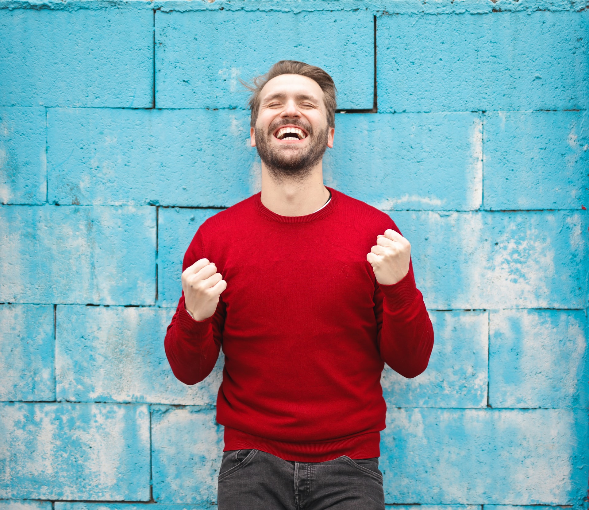 Punapaitainen mies tuulettaa ilosta