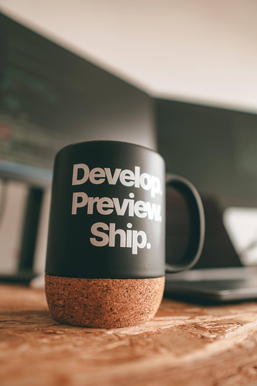 Musta muki, jossa teksti develop, preview, ship