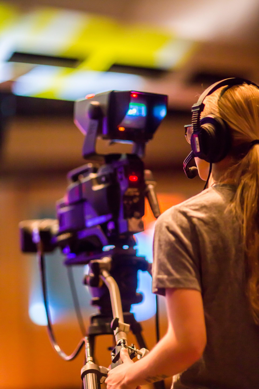 Nainen kuvaa televisiokameralla