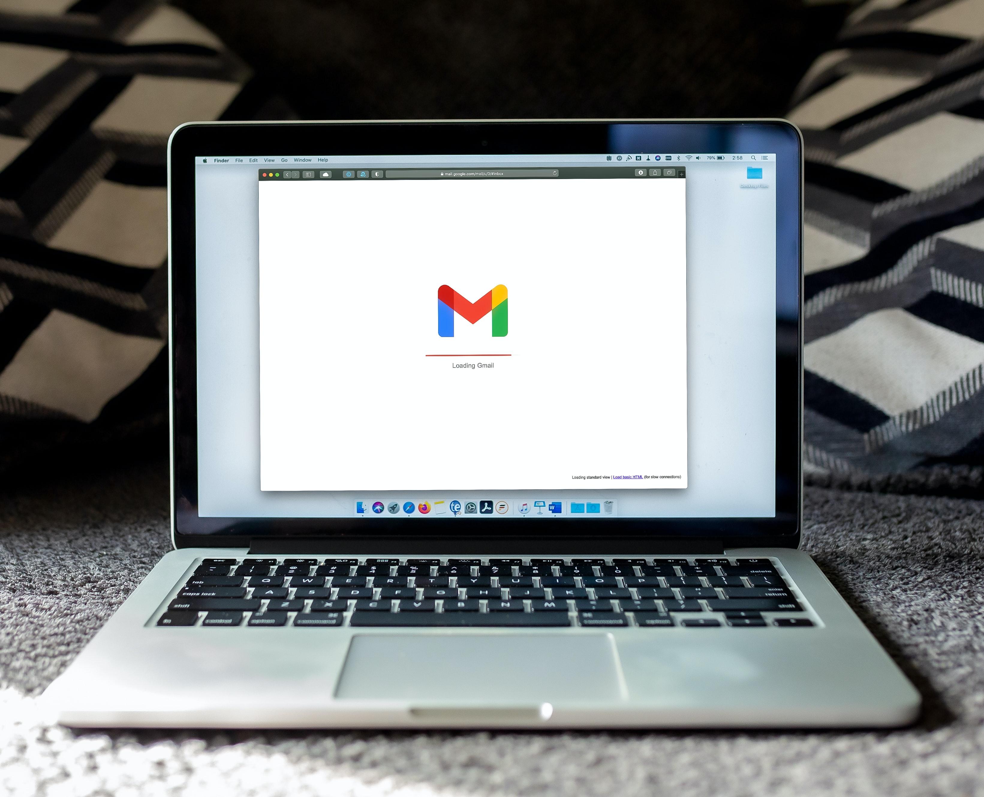 Chromebook avoinna pöydällä