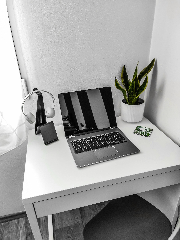 Acerin Chromebook-kannettava valkoisella työpöydällä
